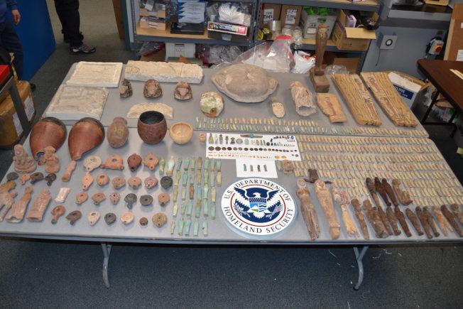 47歲的美國公民Ashraf Omar Eldarir在1月22日入境美國時,被發現走私將近590件埃及文物。(國土安全局提供)
