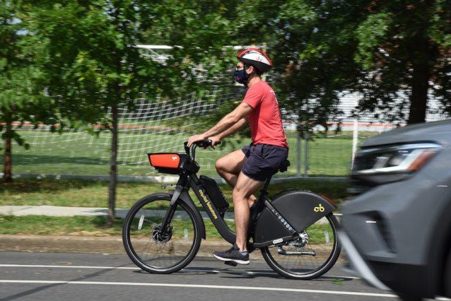近期華府越來越多民眾選擇騎車鍛鍊、買菜、上下班通勤,有利防疫。(交通局提供)
