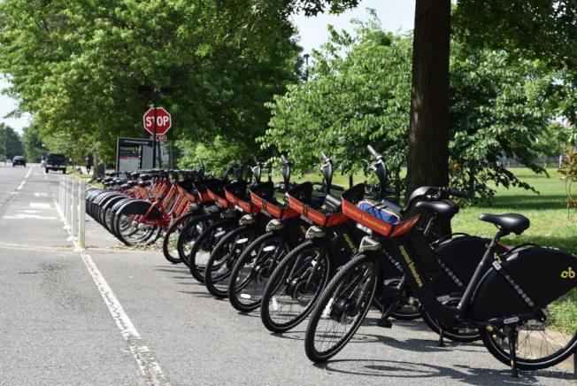 市府官員表示,8月前將有逾900輛電動自行車到位,新車更方便省力,並有前置車籃。(交通局提供)