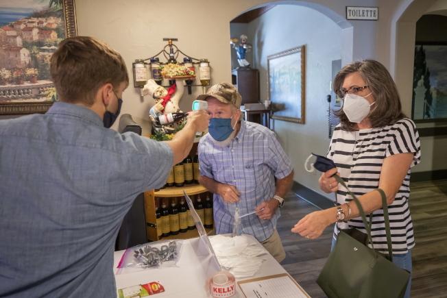 喬治亞州首府亞特蘭大市長下令公共場所戴口罩,市長巴頓斯日前新冠確診。圖為喬州參議員Kelly Loeffler的競選活動中,支持者接受量體溫。(歐新社)