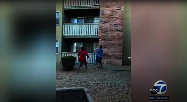 前海軍陸戰隊員布朗克斯驚險在一樓接住被拋出的小男孩。(截自YouTube)