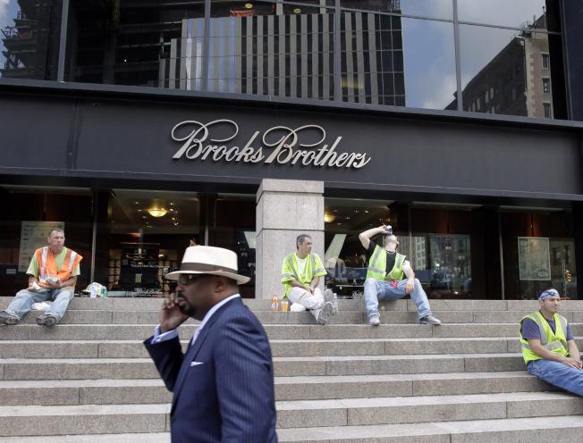 有202年歷史的老字號服裝零售商「布魯克斯兄弟」也不敵新冠疫情的衝擊,8日聲請破產保護。圖為位於紐約市曼哈坦下城「布魯克斯兄弟」門市店的檔案照。(美聯社)