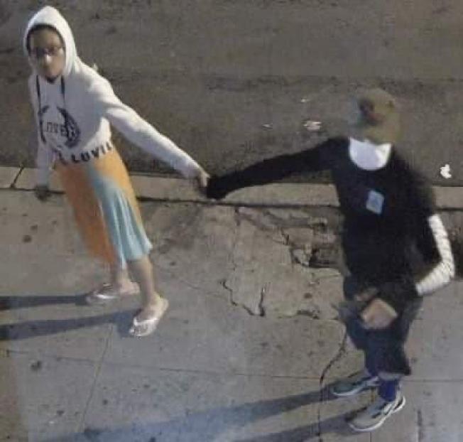 民眾舉報穿黑衣戴口罩男子及同夥,在曼哈頓華埠地區盜竊包裹。(讀者提供)