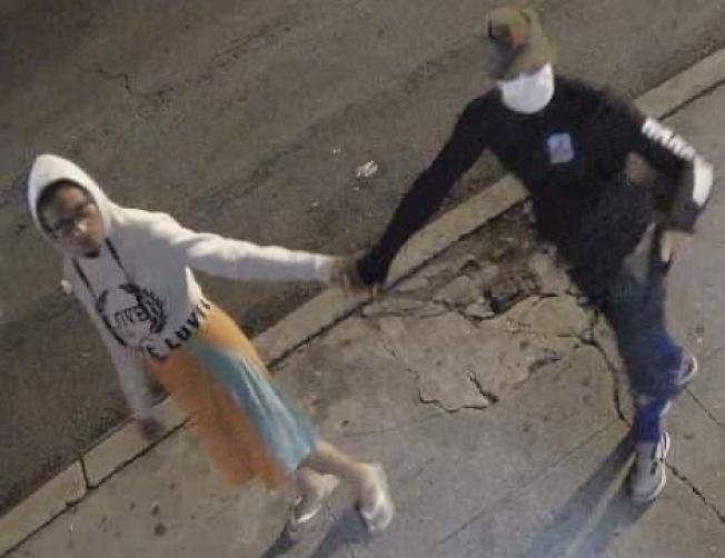 民眾舉報穿黑衣戴口罩男子,多次在曼哈頓華埠地區盜竊包裹。(讀者提供)