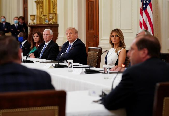 川普7日在白宮舉行圓桌會議,與全美數十名教育和健康官員討論如何安全復課。(美聯社)