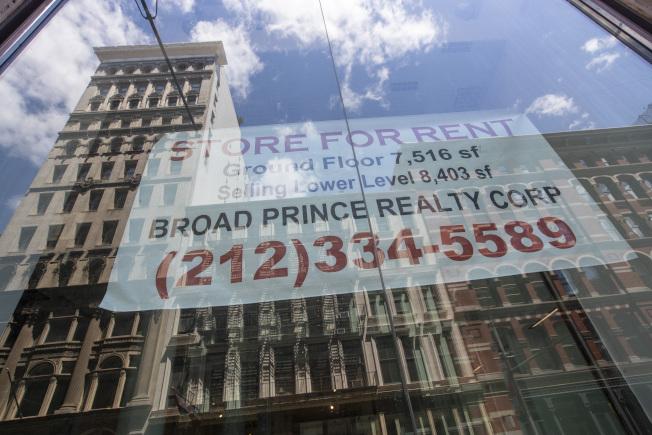 紐約市租屋市場因新冠疫情而萎靡,商業樓宇租賃狀況也惡化,圖為曼哈頓一棟大樓招租。(美聯社)