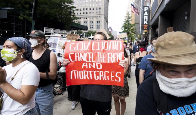 紐約市租屋市場在新冠疫情期間惡化,圖為一批租戶在布碌崙遊行,要求州府下令免房租和房貸。(歐新社)