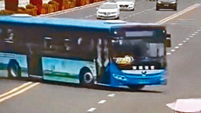 巴士突然橫過馬路衝入湖中。(視頻截圖)