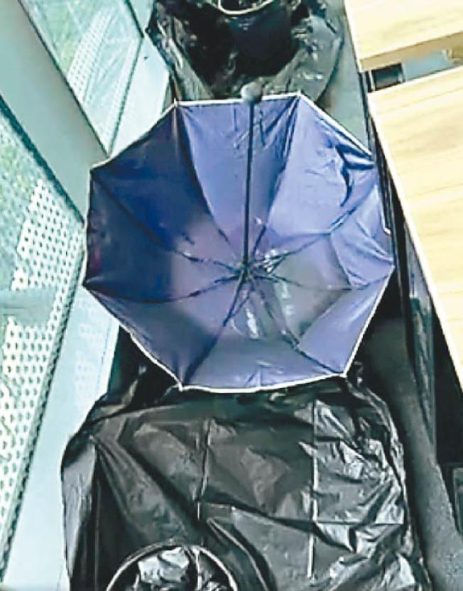 辦公室內漏水嚴重,員工用雨傘、塑料袋接水。(視頻截圖)