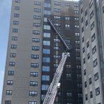波士頓華埠高樓洗窗架意外傾倒 消防隊緊急救援