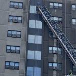 華埠12樓洗窗架故障 2工人驚險獲救
