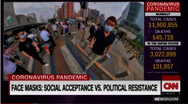 卡爾弗直擊北京街頭,吃驚地說:「看我的右邊、左邊、後面,甚至是前面,每一個人都戴著口罩!」。(視頻截圖)