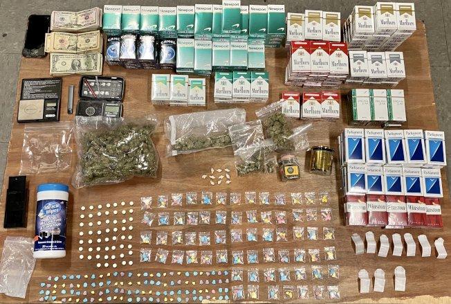 市警60分局警員日前突擊檢查康尼島一間雜貨店,從裡頭搜獲大量的大麻、K他命、搖頭丸等毒品、未稅香菸以及現金。(市警提供)