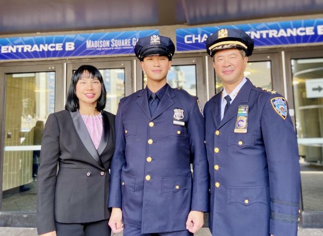 市警三星警司陳文業(右)8月將榮休,他的兒子陳立成(中)子承父業,在去年加入市警。(本報檔案照)