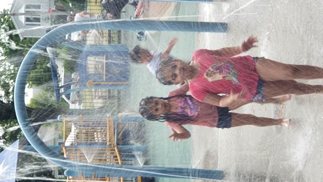 高溫天氣來臨,市府將增加社區和公園安裝噴水裝置,為市民降溫。(記者和釗宇/攝影)