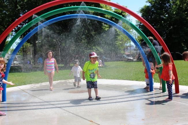 芝加哥公園管理局表示,即日起各公園內的戲水區全數開放。(芝加哥公園管理局臉書)