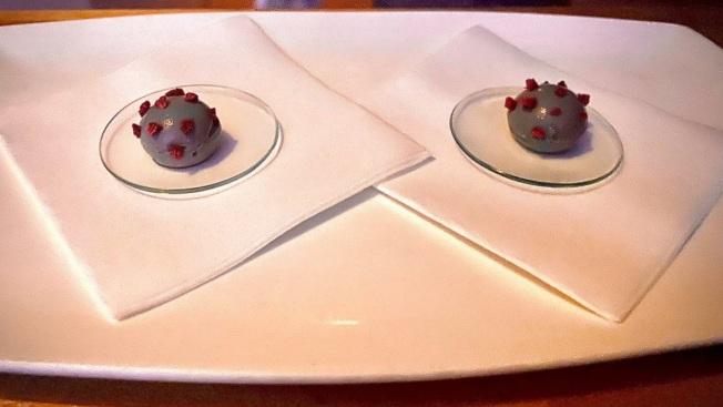 米其林三星Alinea餐廳的「病毒點心」引起爭議。(ig截圖)