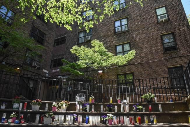 根據英國的新冠病例分析,男性、長者及較貧困者的死亡風險較高;種族則以非裔及南亞裔較高。圖為紐約市布魯克林一棟公共住房前,擺滿向新冠死者致哀物品;據紐約市的統計,是非裔和拉丁裔的死亡率較高。 (Getty Images)