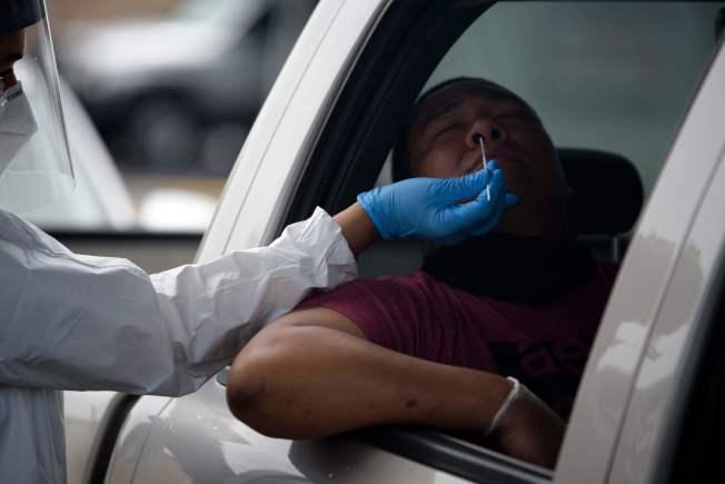 根據英國的新冠病例分析,男性、長者及較貧困者的死亡風險較高;種族則以非裔及南亞裔較高。圖為德州一名市民正接受病毒檢測。 (Getty Images)