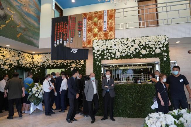 香港殯儀館為「賭王」何鴻燊設置靈堂,開始為期三天的喪禮,第一天是家人的私人悼念儀式。圖為殯儀館大堂。(中通社)