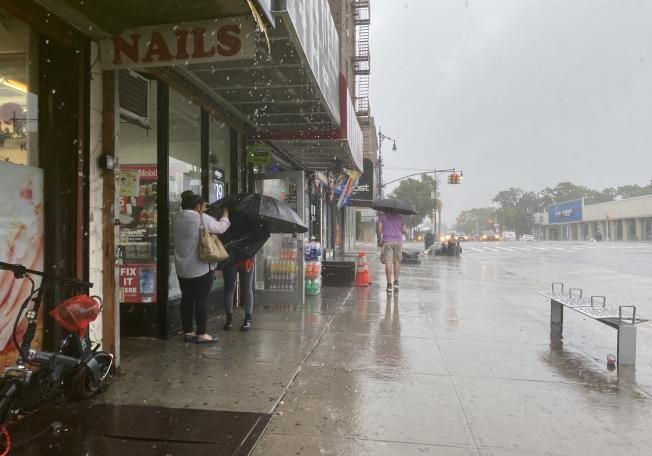 布碌崙貝瑞吉下午2時左右強風暴雨,民眾出行困難。(記者金春香 / 攝影)