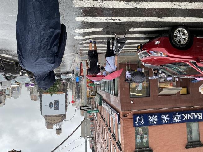 曼哈頓華埠10日中午民眾拿傘出行。(記者金春香 / 攝影)