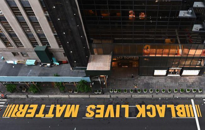 紐約曼哈頓川普大樓前的第五大道,9日被塗上「黑人的命也是命」的大字。川普怪罪新冠疫情摧毀他親手打造的「偉大經濟」,更不滿警察暴力添亂,引來全美示威。(Getty Images)