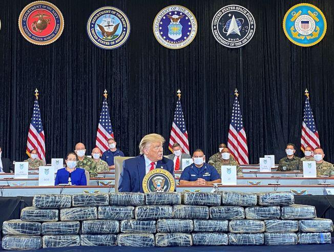 川普總統10日赴佛州的美國南方指揮部訪問,他對打擊毒品犯罪表示肯定。川普正不滿新冠疫情摧毀他親手打造的「偉大經濟」,對警察暴力引來全美示威,更是一肚子氣。(路透)