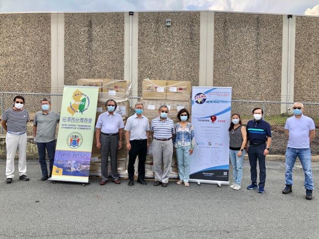 紐澤西台灣商會積極捐贈口罩。(商會提供)
