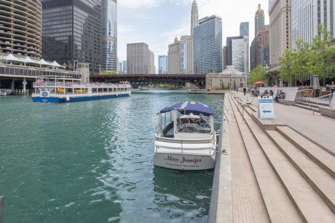 芝加哥河畔步道即日起恢復疫情前的開放時間,且取消隔開各區的柵欄。(Chicago Riverwalk臉書)