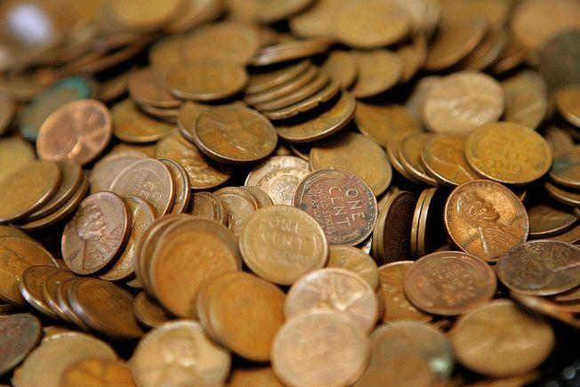 新冠疫情引起硬幣短缺,有商家無力為顧客找零錢。(Getty Images)