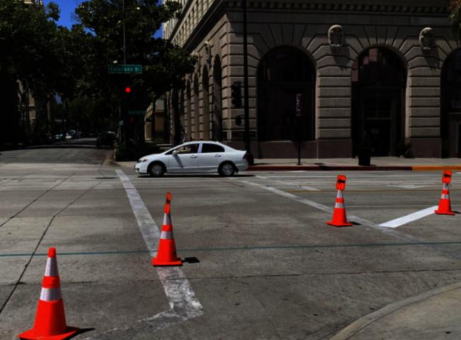 巴沙迪那市10日起,將封閉科羅拉多大道(Colorado Boulevard)的部分路段,設為餐館戶外用餐區。(記者謝雨珊/攝影)