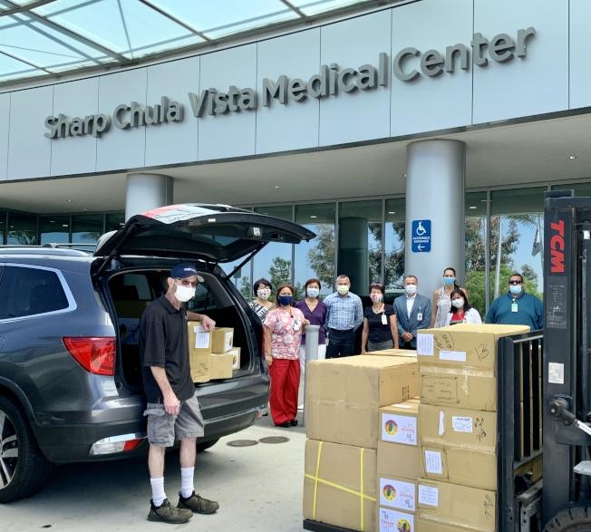 夏普醫院領導人門口相迎,向聖地牙哥台灣中心和僑民表達感謝。(聖地牙哥台美基金會提供)