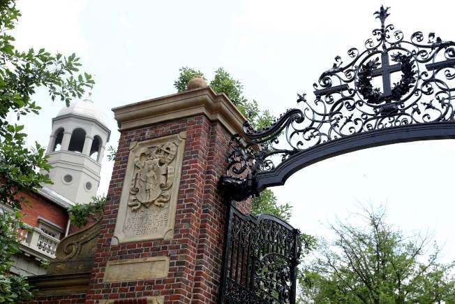 川普總統要求大學在秋季開學,10日威脅會撤銷學校的免稅優惠;圖為哈佛大學校門。(Getty Images)