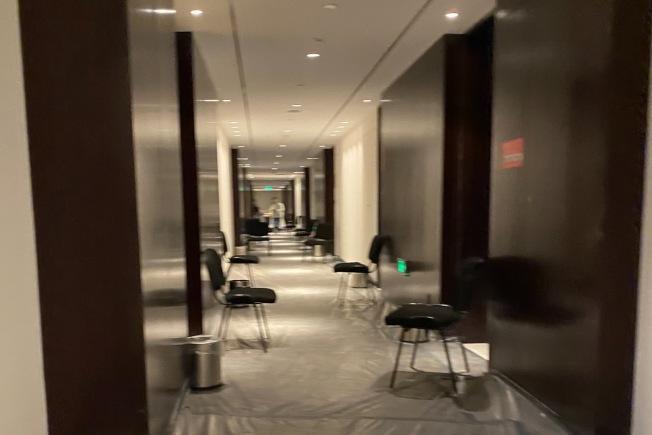 航班從洛杉磯落地天津後的隔離酒店,每個房間門口都放置一張椅子和垃圾桶,供送餐和消毒之用,隔離人員不能出門。(王蜀提供)