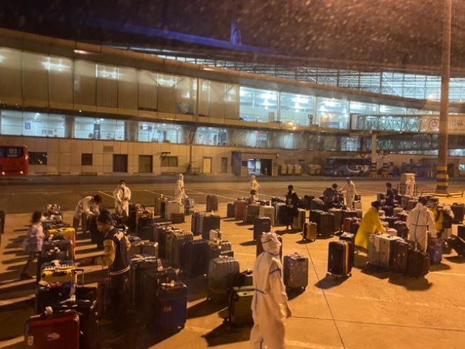 洛杉磯航班達到天津,乘客行李放置在一個隔離空間。(王蜀提供)