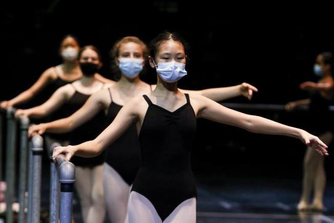 佛州坦帕市幾名女孩在音樂學院的夏令營練習芭蕾舞時,都戴著口罩。佛州新冠單日死亡人數一再破紀錄。(美聯社)