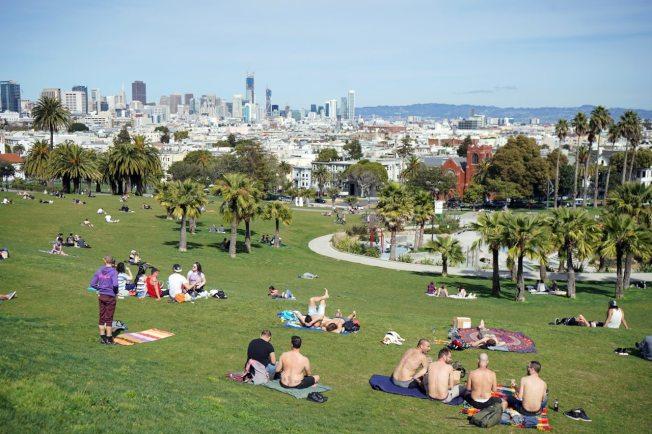 人們在舊金山多洛斯公園享受陽光。(Getty Images)