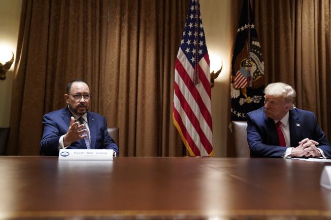 哥亞執行長尤納努(左)9日參加川普(右)與西語裔企業領袖的圓桌會議。(美聯社)