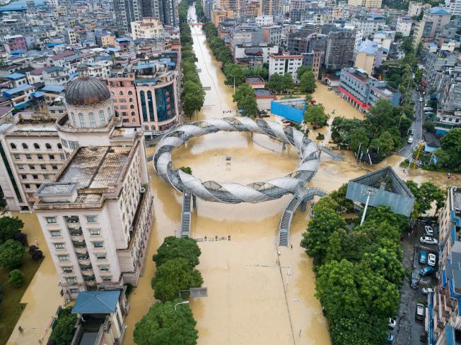 圖為湖南省湘西土家族苗族自治州吉首市,8日因雨導致多處路面積水。(新華社)