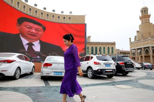 中美兩國因新疆人權問題爭執已久,在美宣布制裁中國四位新疆高官後,中國立即回擊,將懲涉疆表現惡劣美國人員。圖為新疆街頭。(路透資料照片)