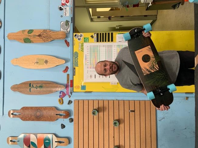 Loaded Boards的老闆Don Tashman從小熱愛滑板。(記者張宏/攝影)