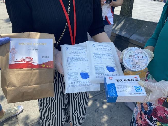 美東遼寧同鄉會為留學生贈送愛心包。(記者牟蘭/攝影)