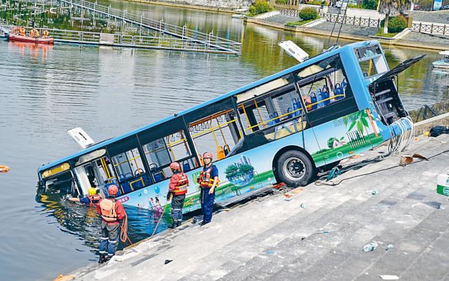 貴州一輛公交車7日衝入虹山水庫湖,造成21人死亡。 (中新社)