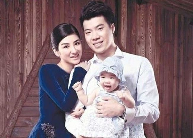 黃奕、黃毅清及他們的女兒。(取材自微博)