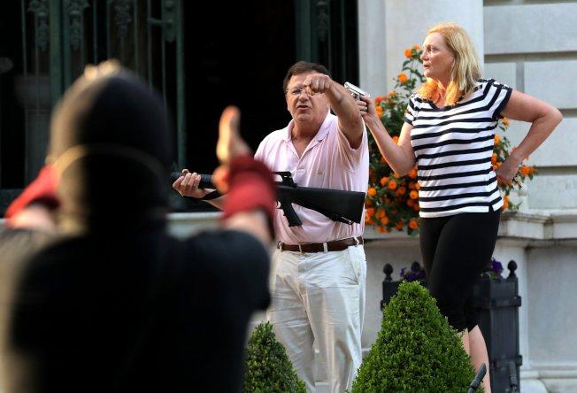 聖路易市白人居民麥戈斯基夫婦持槍要抗議者離開的畫面曝光後,執法單位搜查了兩人的住宅,並取走相關的槍枝。(美聯社)
