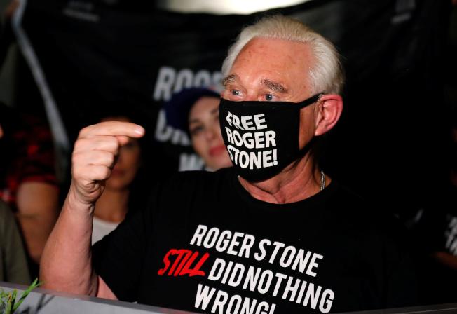 史東10日獲川普動用總統特權減刑後,在佛州家門口向支持者致意。(路透)