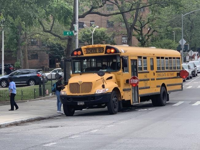 公校復課後,大部分學生可能無法搭乘校車上下學。(本報檔案照)