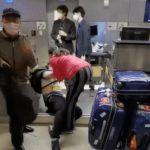 中國乘客跪求登機 仍回不了國