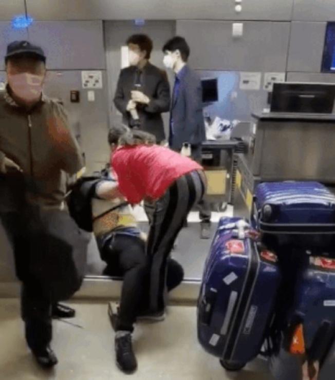 一家三口花了幾十萬元人民幣買機票卻因為健康碼無法登機。(視頻截圖)